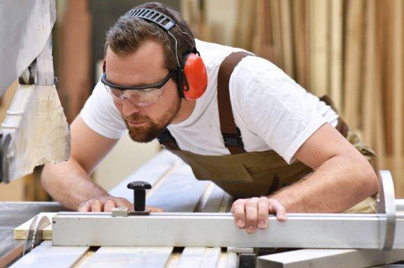 Rénovation de menuiserie en bois par menuisier à Menton